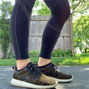 Women's Nike roshe sneaker